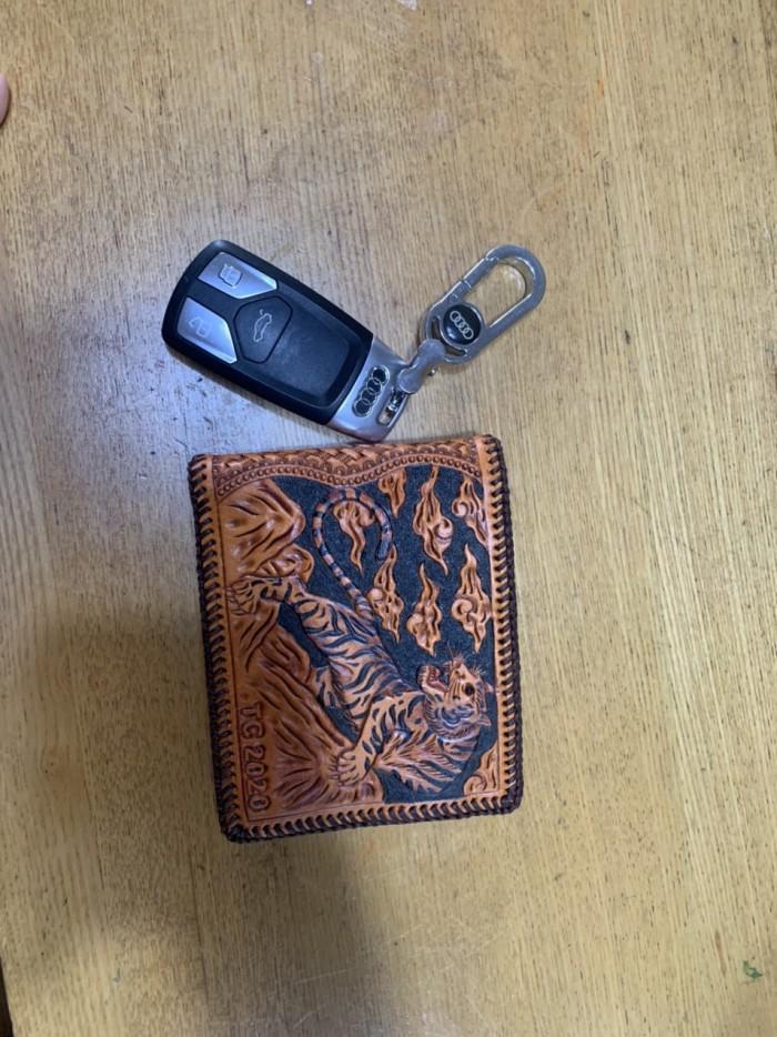 Dịch vụ khắc tên lên ví da ví da handmade khắc tên theo yêu cầu liên hệ 0908555656