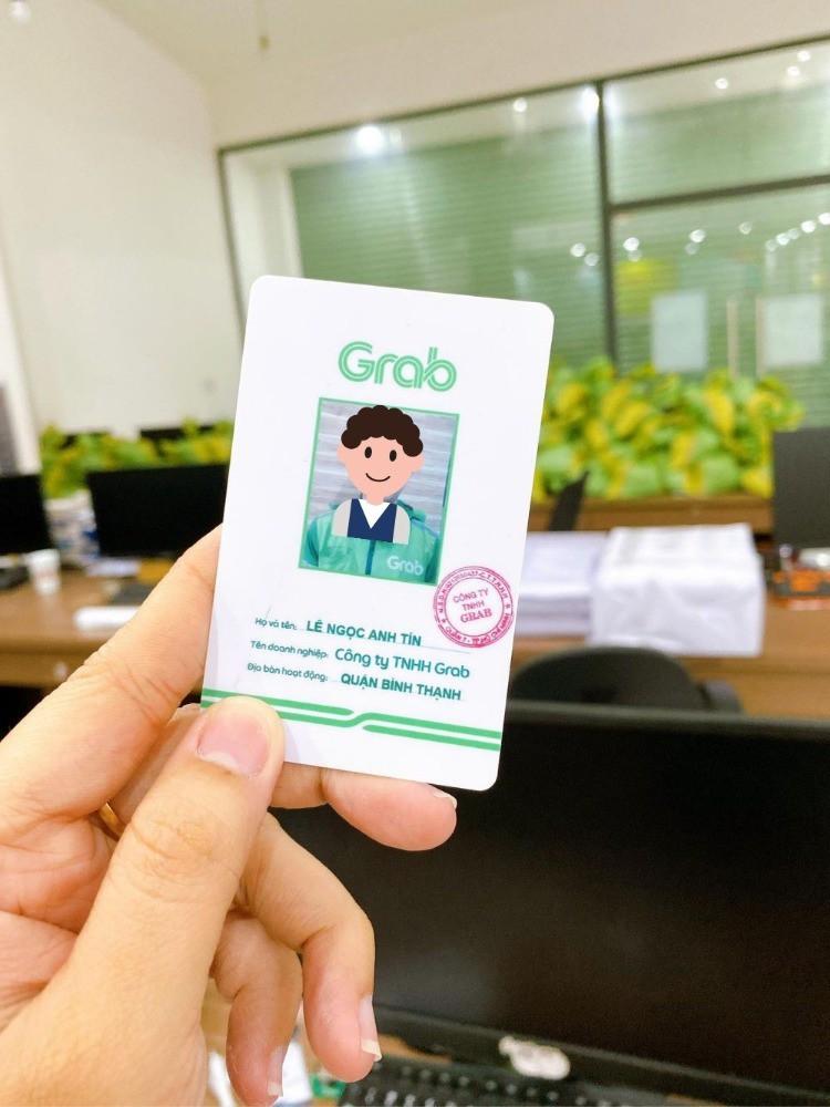 In thẻ tên Shipper giao hàng: bảng tên thẻ nhựa cứng có hình, dấu xác nhận, mã QRcode