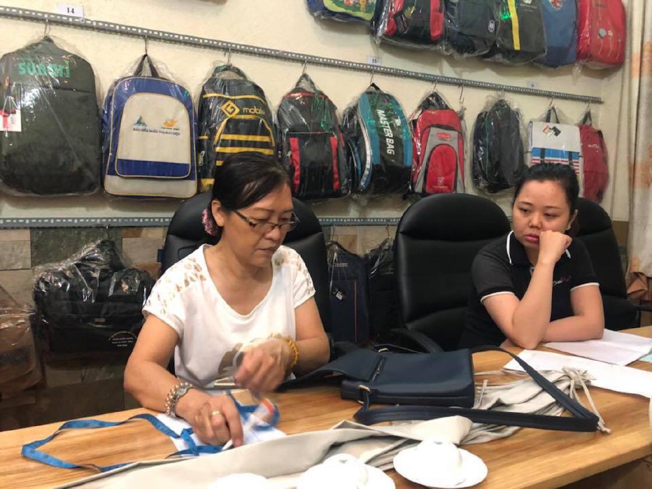 Xưởng sản xuất cặp học sinh